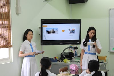Elsa and Wendy presenting on ISIS